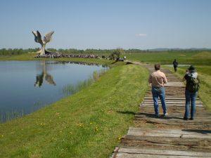 Stipo Pilić i Blanka Matković u Spomen području Jasenovac u travnju 2008. Deset mjeseci kasnije pronašli smo prvi dokument kojim je potvrđeno postojanje poslijeratnog logora Jasenovac i prilikom slijedeće posjete SP Jasenovac ondje položili cvijeće za sve stradalnike tog logora. Ova fotografija svjedoči o vremenu kada smo već znali da će jasenovački mit pasti.