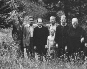 """1938. U tijeku logorovanja križara u Lokvama, dva mučenika Križarske organizacije dr. Feliks Niedzielski (drugi slijeva) i dr. Ivo Protulipac (četvrti slijeva) Iz: """"Životopis JEROLIMA MALINARA (1907. - 1945.)"""", 17."""