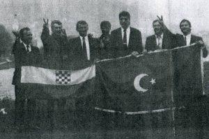 S lijeva na desno (Foča na Drini, svibanj 1991.): Ivan Kovač ( s bocom u ruci - voda iz Drine ), Alija Šiljak, Velimir Dilber, Osmo Adilović, Frano Balenović, Halim Delahmet (predsjednik ogranka HSP Goražde), Božo Čurčija