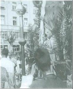 Nadbiskup Alojzije Stepinac prigodom tijelovske procesije neznane godine za vrijeme Drugog svjetskog rata. Slika iz albuma koji je nadbiskupu Stepincu posvetio bavarski franjevac o. Titus Schindele, dušobrižnik njemačke vojske za vrijeme Drugog svjetskog rata.