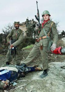 1. Četnici se iživljavaju nad mrtvim tijelom civila